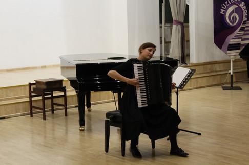 Vairāku starptautisko konkursu laureāte Evita Dūra - Andersone īpašu atzinību guvusi, atskaņojot franču estrādes dziesmas virtuozās apdarēs un franču komponistu skaņdarbus akordeonam, koncertējusi kopā ar Raimondu Paulu, Mariju Naumovu u.c. pazīstamiem māksliniekiem.