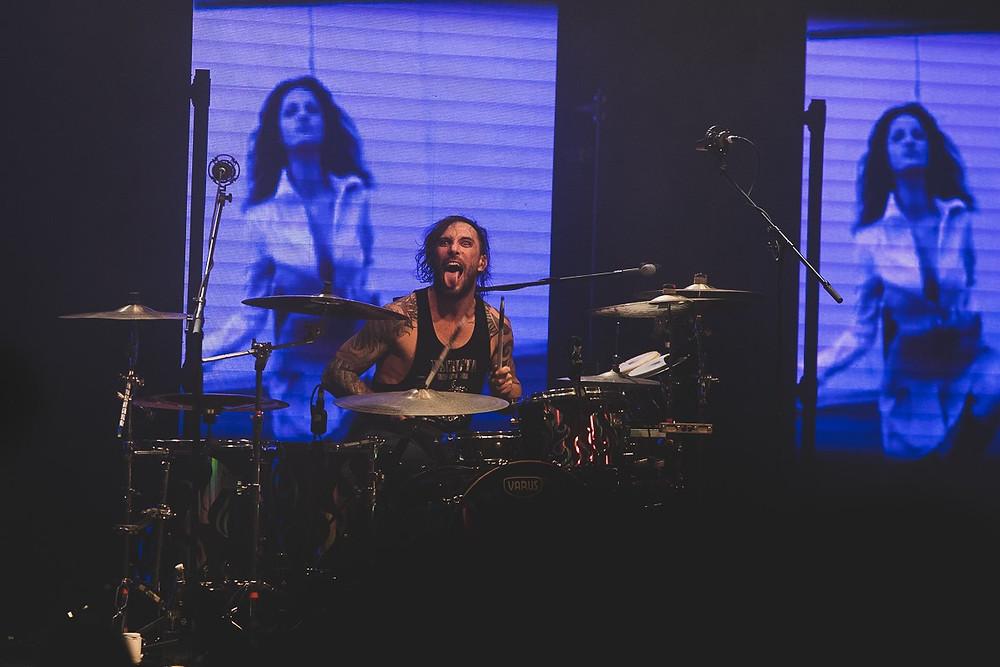 Luca Martelli, in arte Luc Mitraglia, alla batteria