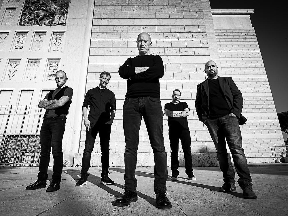 """Una foto della band al completo. Da sinistra verso destra: Francesco """"Franz"""" Zagarese, Francesco Fedele, Michele Ancora, Danilo Petrelli, Jean Paul Federico"""