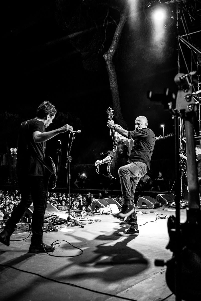 Fabio Fraschini e Ivan Almadori sul palco durante il Rino Gaetano Day