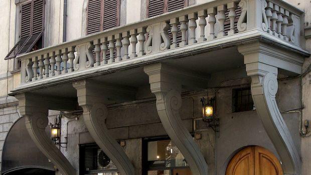 Borgo Ognissanti, civico 12: ecco il balcone rovesciato