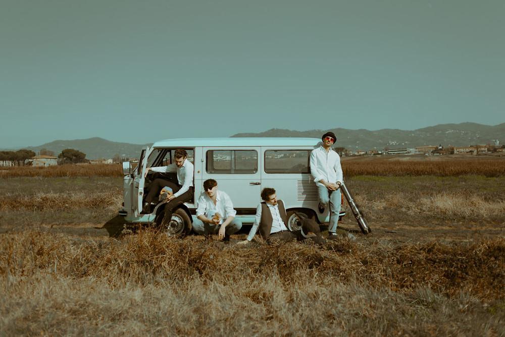 I Piqued Jacks in un campo davanti ad un piccolo camion