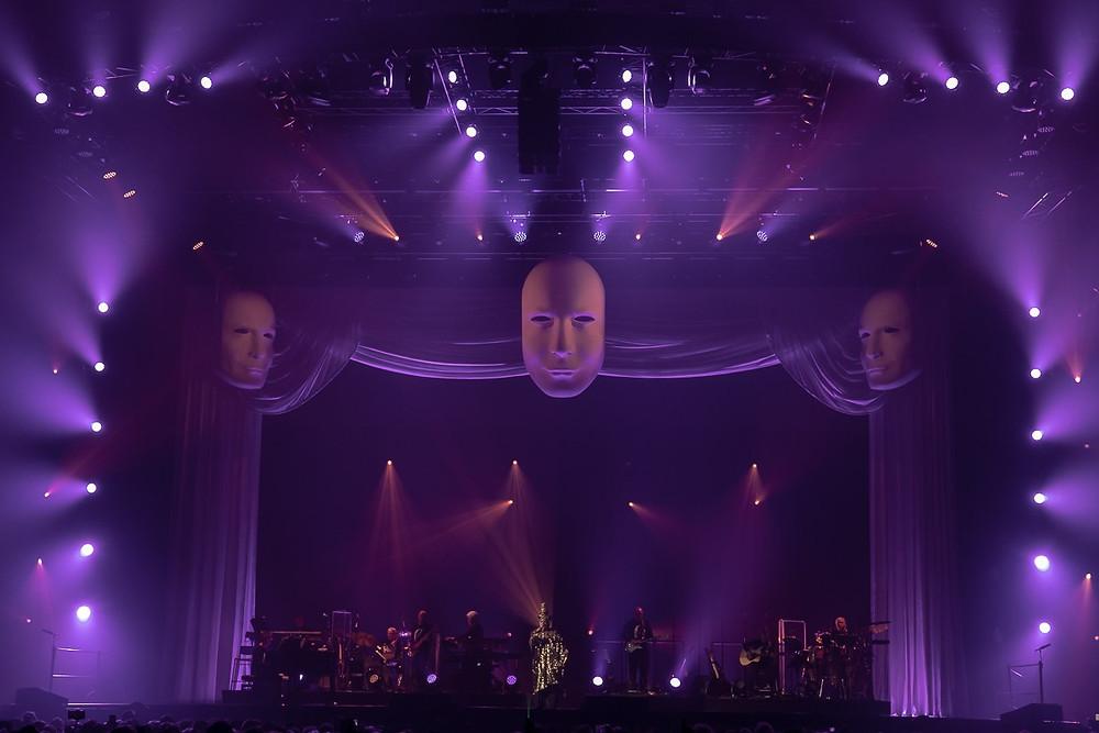Uno scenografia del concerto di Renato Zero di ieri sera a Livorno