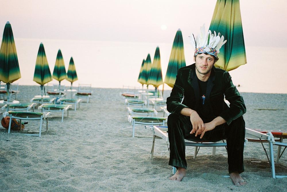 Claudio Caponetti in spiaggia