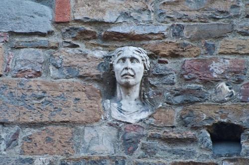 La testa de La Berta in Via de' Cerretani, su un lato della chiesa di Santa Maria Maggiore.