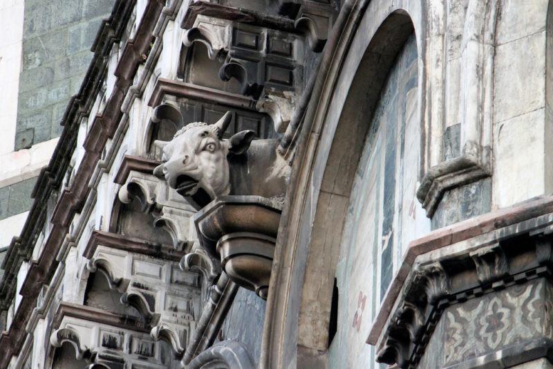 Il toro cornuto posizionato in corrispondenza di Porta della Mandorla
