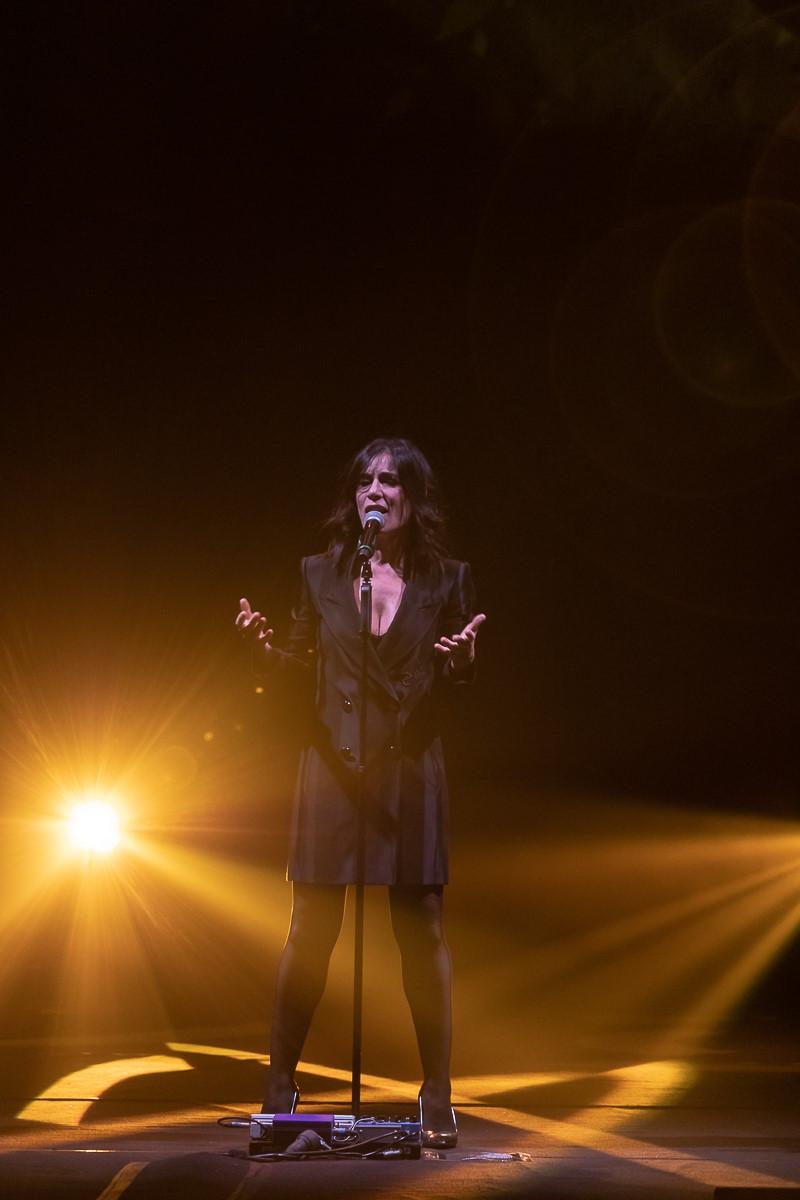 """Paola Turci canta """"Saluto l'Inverno"""" sul palco del Teatro Verdi di Firenze"""