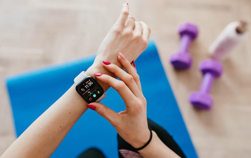 Frau bei Sport mit Smart Watch