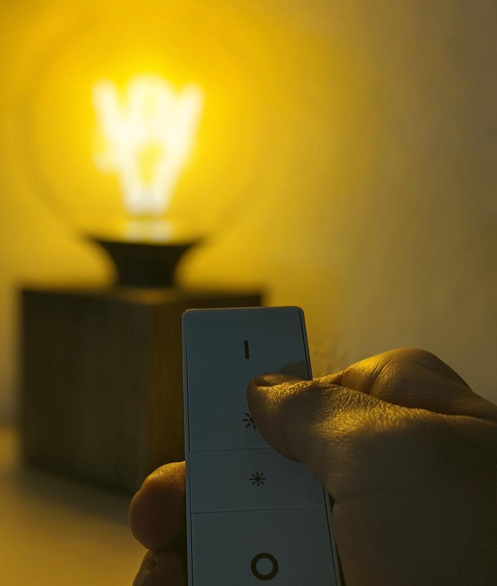 Fernbedienung mit Lampe im Hintergrund