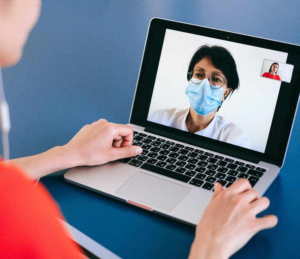 Gespräch mit Ärztin über Laptop