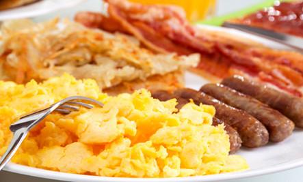 Sobotní snídaně v trávě
