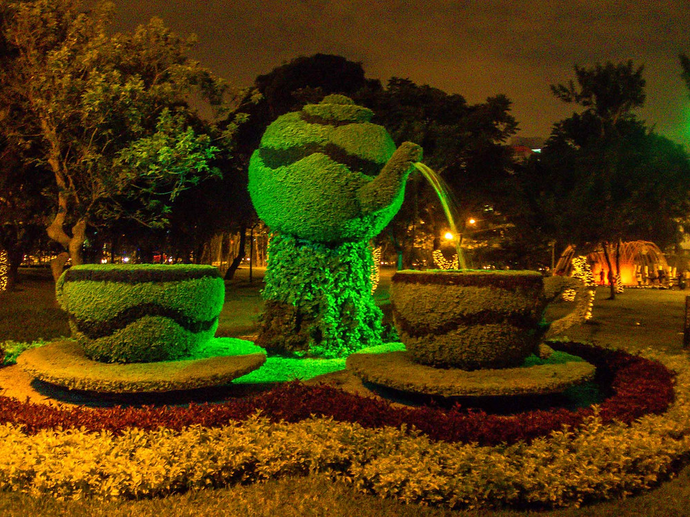 Tea and teapot bush sculpture at the water park, Lima