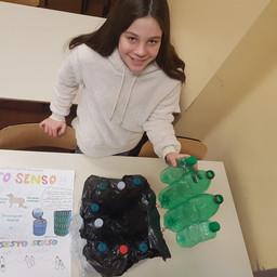 Maria Mandes - Bidone con bottiglie riciclate