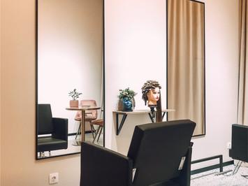 Зона наращивания волос в салоне красоты SPACE