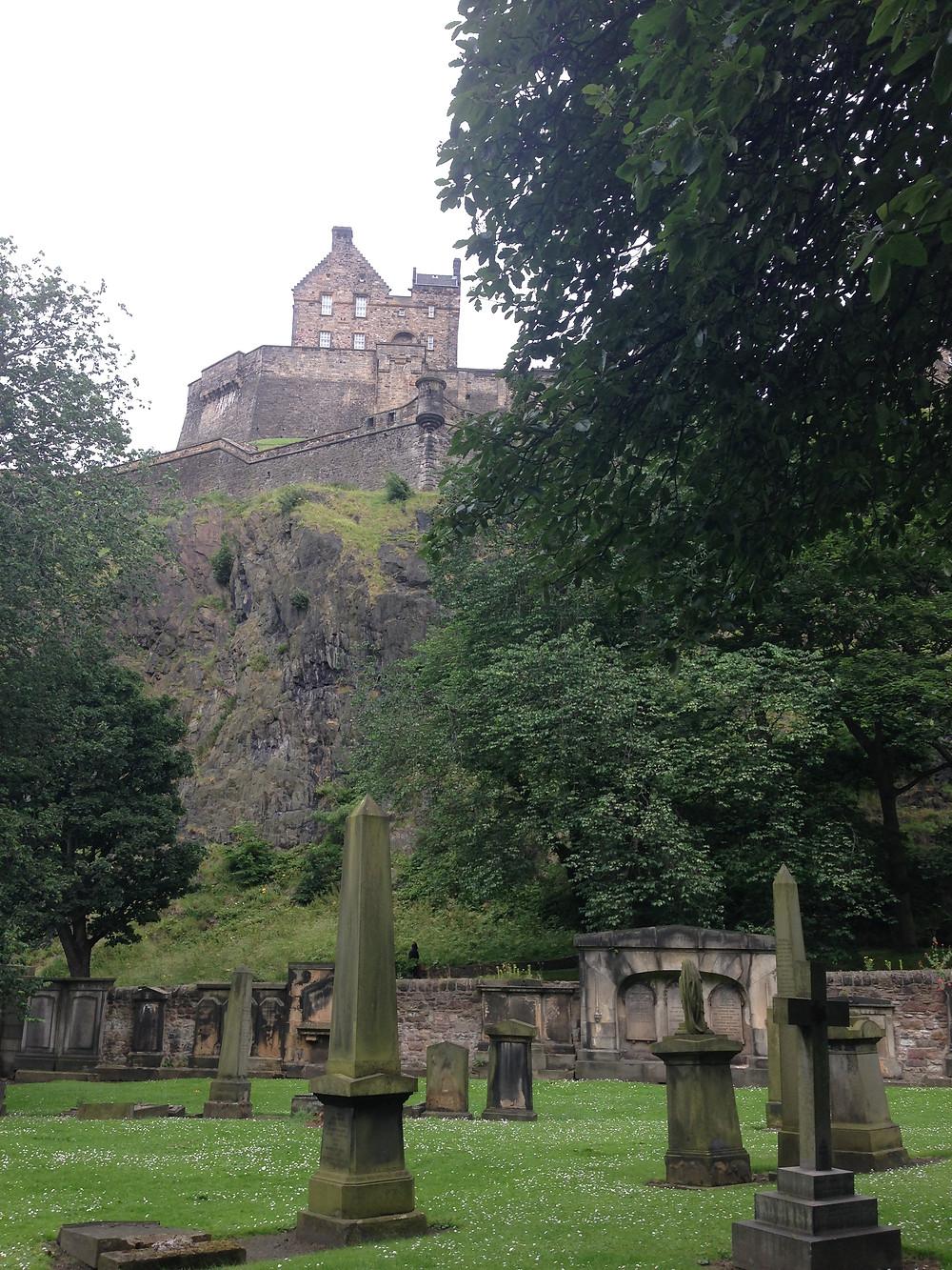 cimetière et vue sur le chateau d'Edimbourg