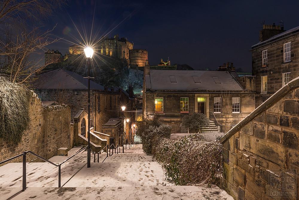 """Top des endroits magiques instagrammables à Edimbourg avecla fantastique vue sur le château d'Edimbourg depuis """"the Vennel"""""""