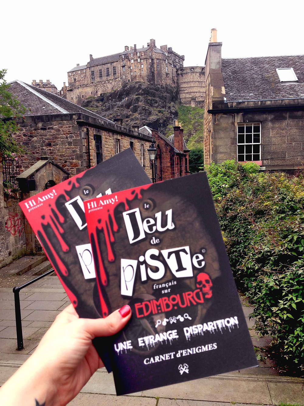 les livrets du Jeu de piste sur Edimbourg, devant le château
