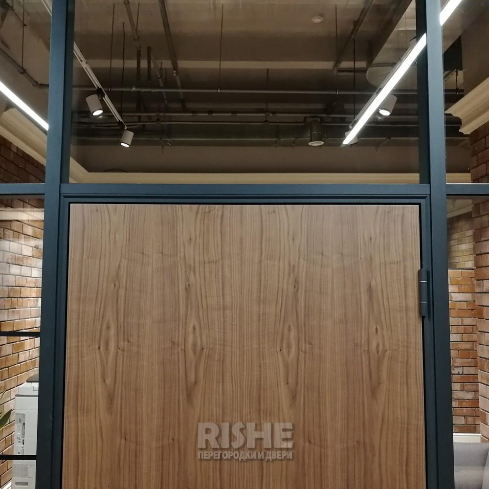 Шпонированная дверь в черной алюминиевой коробке