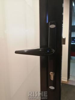 Черная ручка на алюминиевой двери