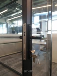 Магнитный замок и черная дверная ручка