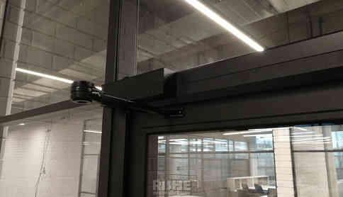 Доводчик на алюминиевую дверь