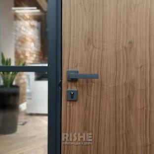 Дверная ручка Morelli на шпонированной двери