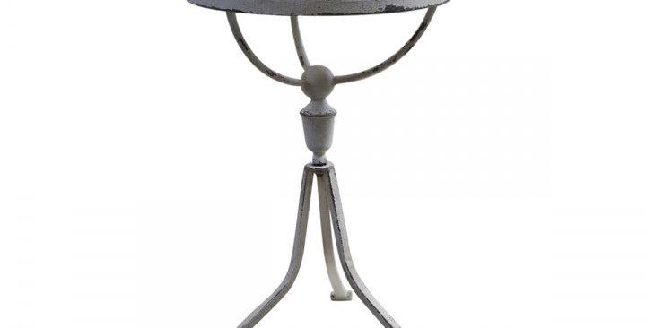 Tisch mit Spitzenkante - table withlace edge