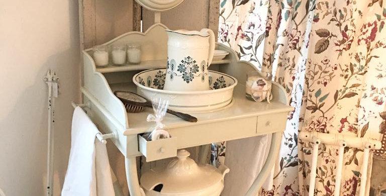 Antiker Waschtisch mit Zubehör -Washbasin
