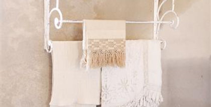 Hutregal weiss - Rustic hat shelf with hanger rail - White