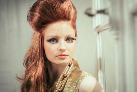 - Royal Moments, ein starker Ausdruck verleiht der Frisur ihren Charme -