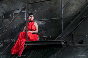 - Delightful Beauty, starke Präsenz von asiatischen Hochsteckdetails, getragen an rotem Satin -