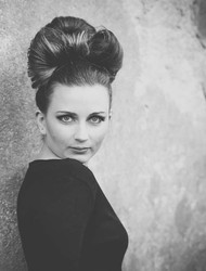 - Black & White Close Up,  Grace Kelly Frisurenstyling mit Accessoire Hairbow -