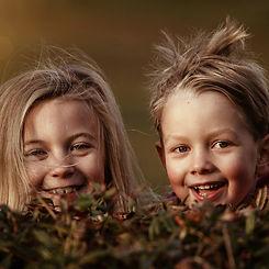 Kinder-spielen im Freien-draußen-Garten-