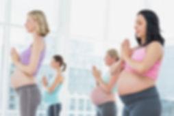 Les femmes enceintes en cours de yoga de