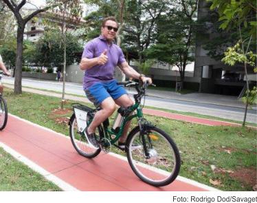 Arnold passeia de bike pela ciclovia de São Paulo