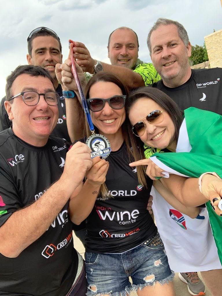 IRONMãe Rosecler Costa com seu marido e equipe comemorando a grande conquista.