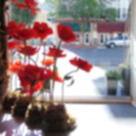 #sacramento #bloemdecor #sacramentoflorist #flowerbar #floraldesign #downtownsac #unique #artistic #elegant #beautiful #instaflower window display poppies red giant flowers