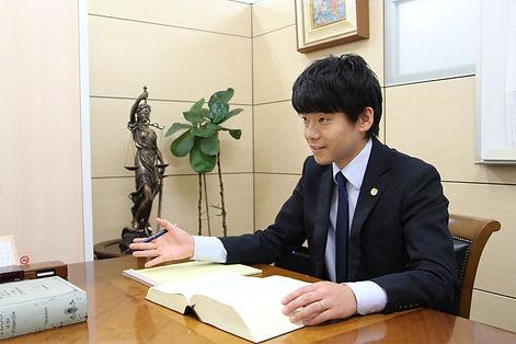 弁護士岡部写真(相談中).jpg