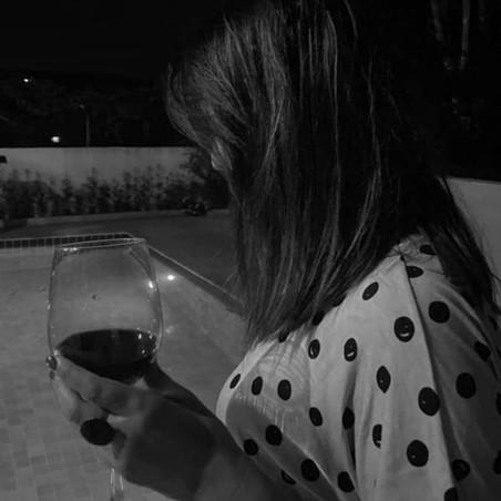 Uma taça de vinho, notas de desejos contidos