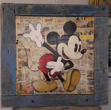 Mickey salut