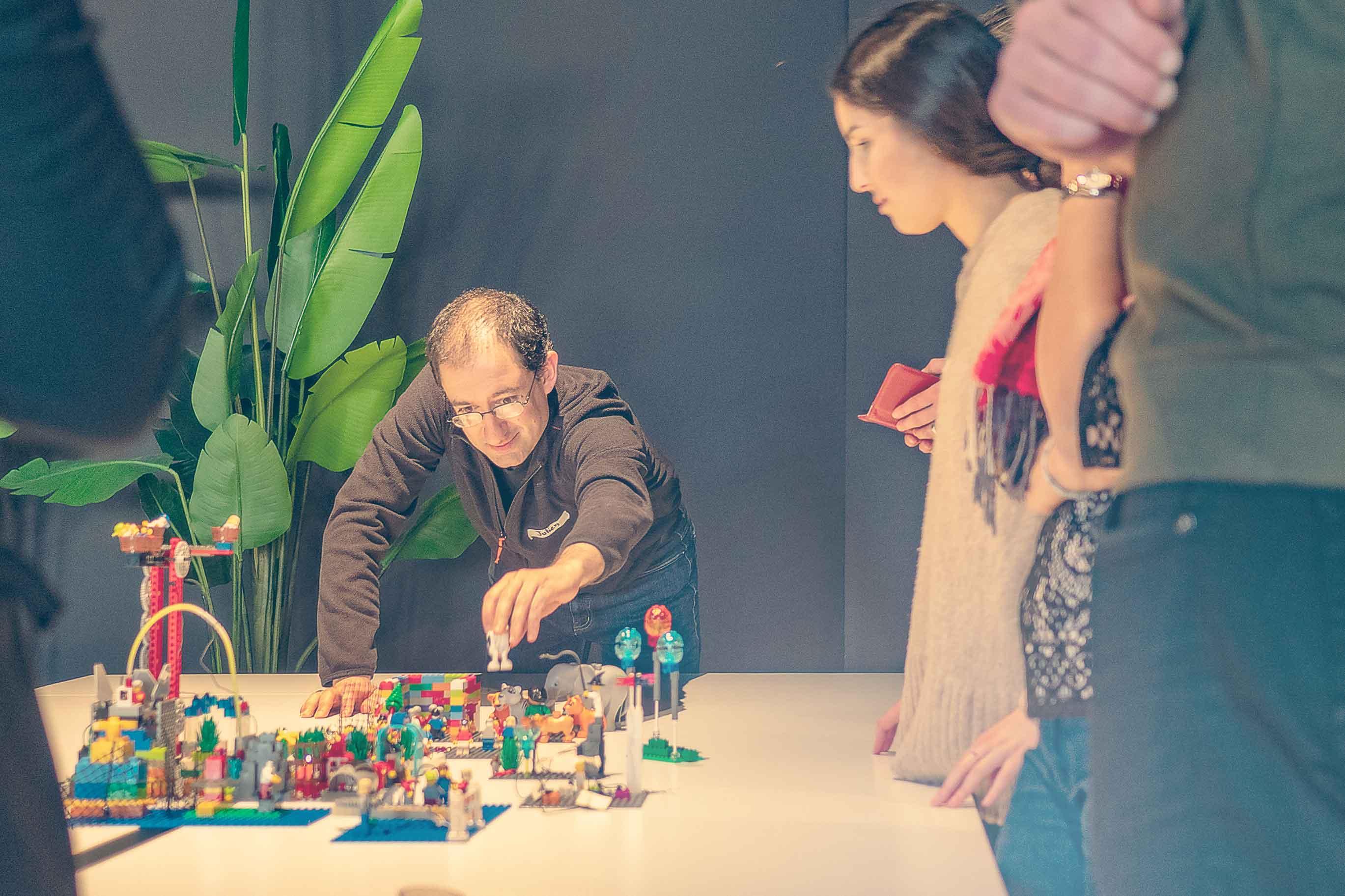 Erklären mit den Händen mit Lego