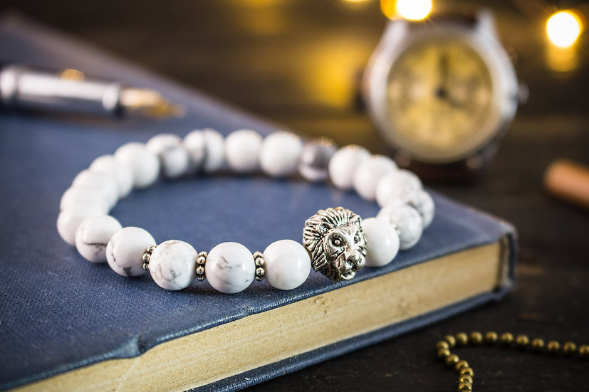 White howlite beaded stretchy bracelet with a silver lion
