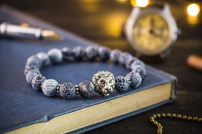 Grey crackled agate beaded stretchy bracelet with a silver lion