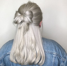 🎀BOWS and ✨BLING it's a girl thing! 😍❤️☃️ silver #hairtinsel to compliment her white silver bell hair and because great hair is like a GIFT_