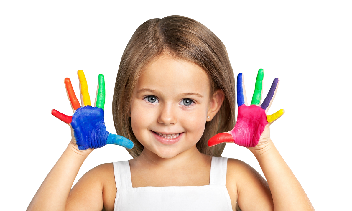 menina mãos pintada.png