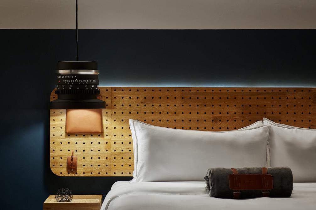 Detalle lampara en el click clack hotel medellin