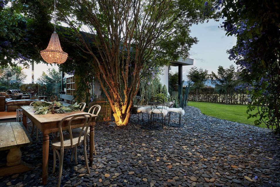 Mesa-y-lamparas-jardin-exterior