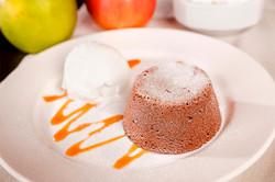 Шоколадово суфле с ванилов сос и топка сладолед