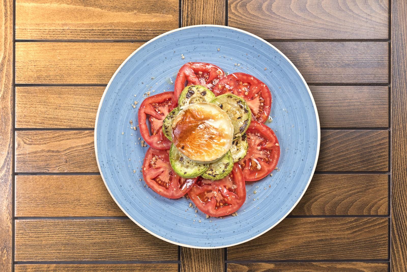 Салата домати, тиквички и френско козе сирене