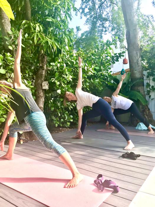 Extension et alignement en position du Triangle dans une variation de Bikram Yoga.